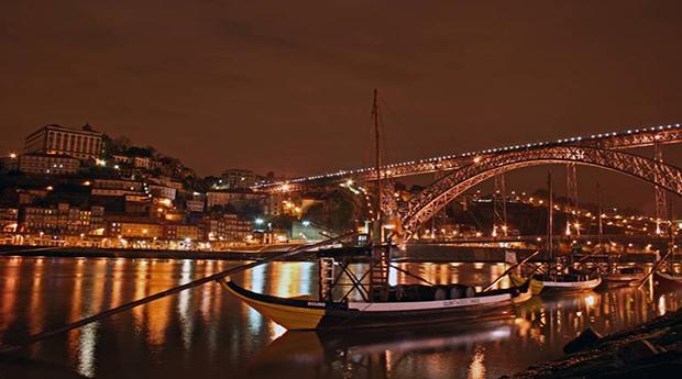 Fado no Rio Douro! Cruzeiro das 6 Pontes com Jantar e Espectáculo a Bordo!