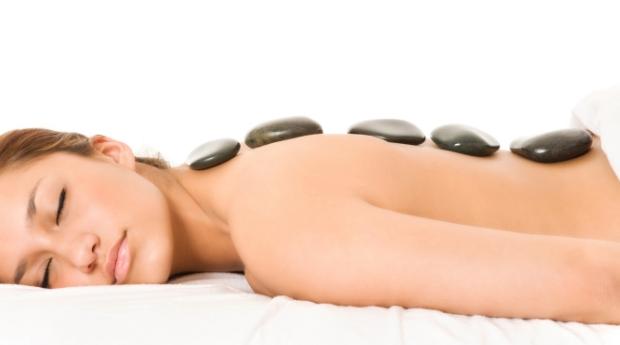 Massagem de Pedras Quentes com Esfoliação Corporal na Aromas do Deserto!