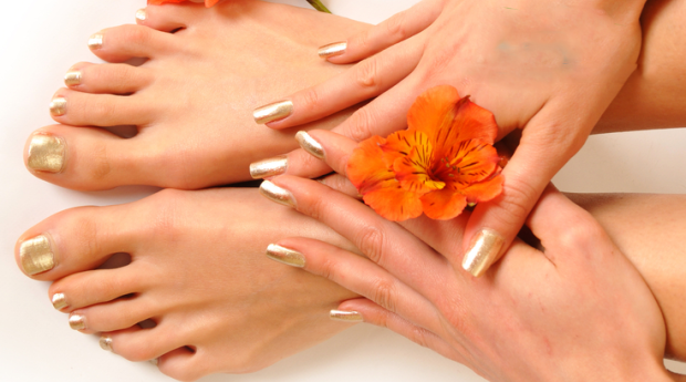 Manicure e Pedicure Completa com Aplicação de Verniz de Gel, Esfoliação e Massagem no Porto!