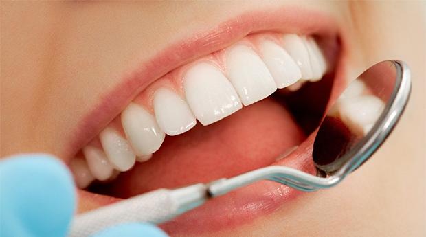 Sorriso Luminoso em 3 Clínicas à Escolha! Limpeza Dentária, Polimento, Jato de Bicarbonato e Muito Mais!